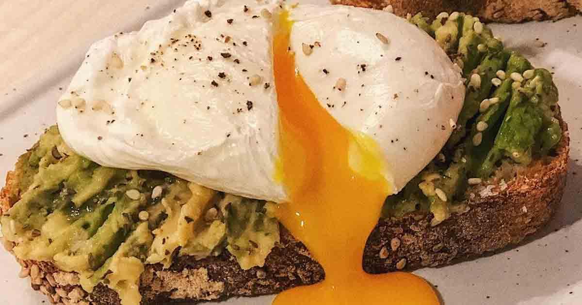 Tosta aguacate y huevo poché