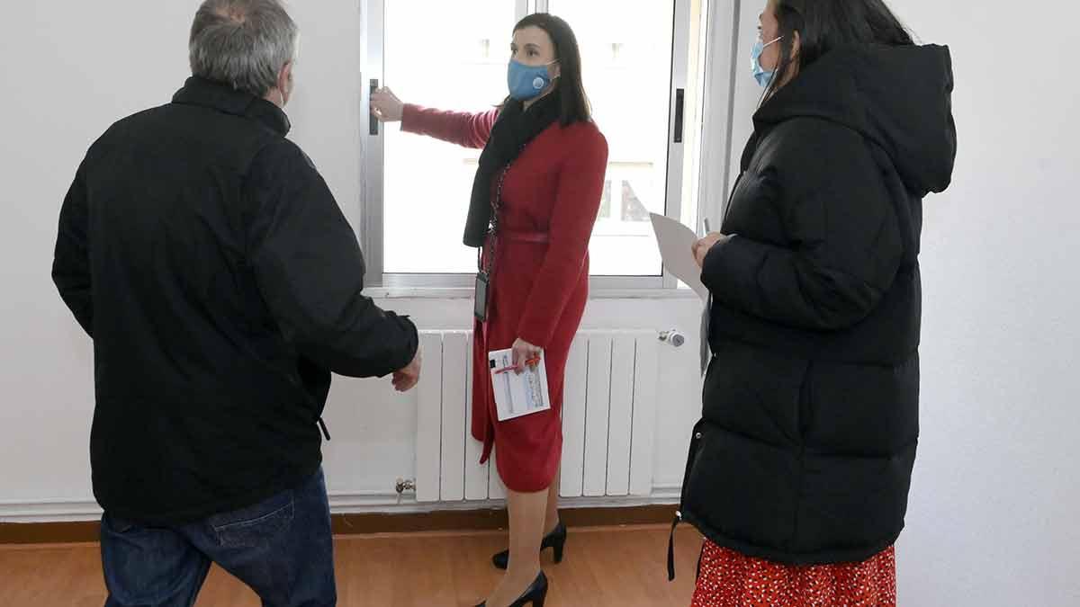 Alcaldesa visita piso de alquiler social en Santander