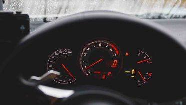 Riesgos de conducir con el coche en reserva