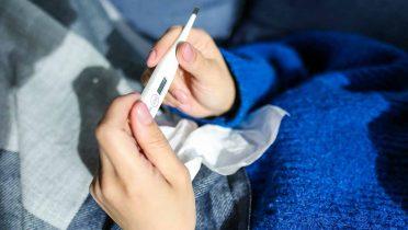 Cómo bajar la fiebre en adultos y niños
