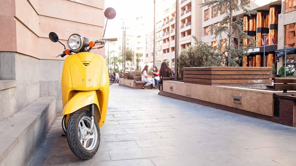Te pueden poner una multa por aparcar en la acera junto a una fachada de un edificio.