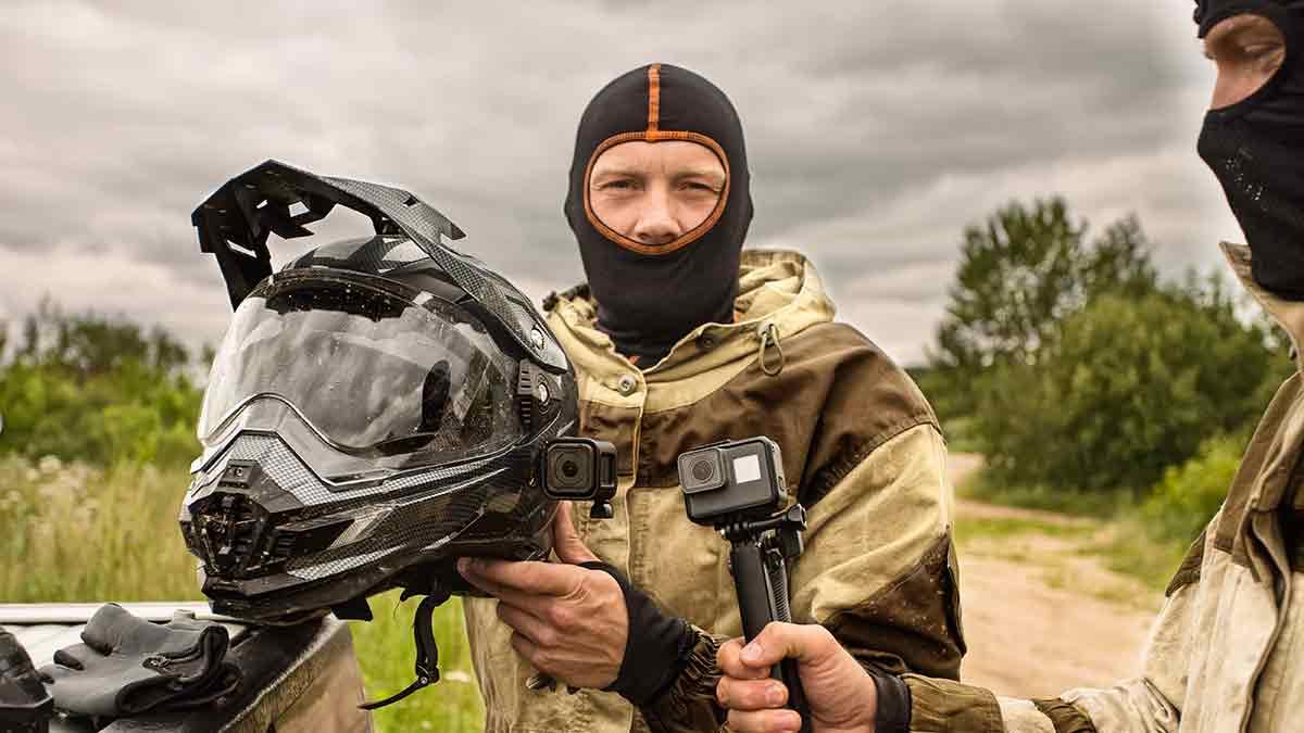 Llevar puesta una cámara en el casco está prohibido.