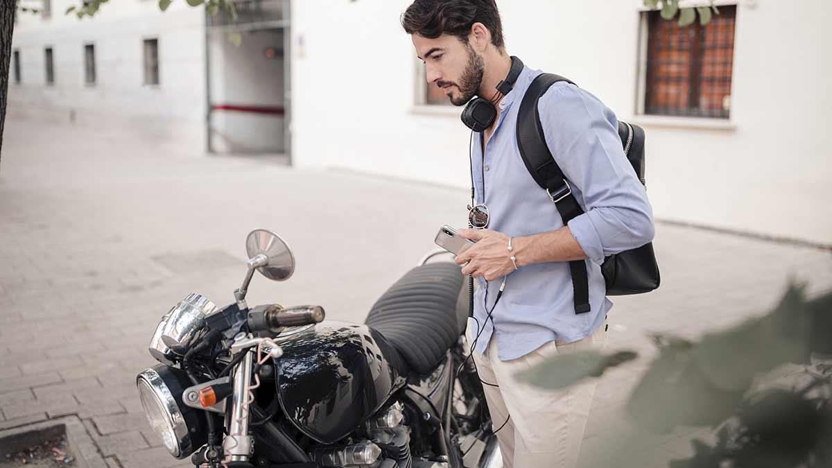 No puedes escuchar música con auriculares o cascos cuando vas en la moto.