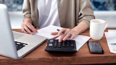 5 falsos mitos de la declaración de la Renta, como tener dos pagadores y salir a pagar o marcar la casilla de la Iglesia