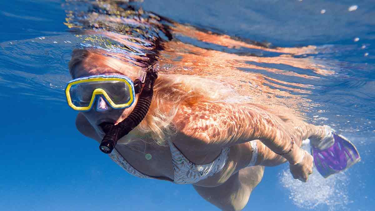 Una mujer bucea con snorkel