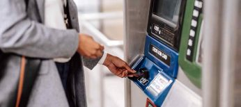 Las 10 tarjetas sin comisiones de los bancos que no te cobran nada por sacar dinero en cualquier cajero