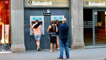 Cómo sacar dinero del cajero sin tarjeta en Bankia, ING, BBVA y otros 6 bancos