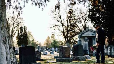 El entierro en un cementerio, uno de los trámites obligatorios que hacer cuando alguien muere.