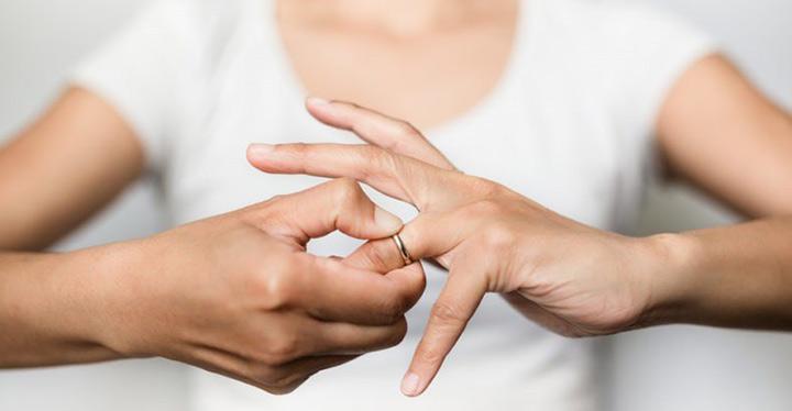 Mujer quitándose el anillo de bodas