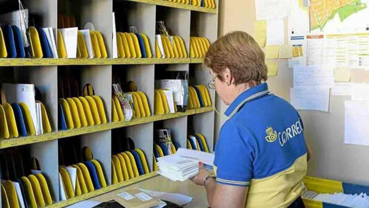 Empleada de oficina trabajando en Correos