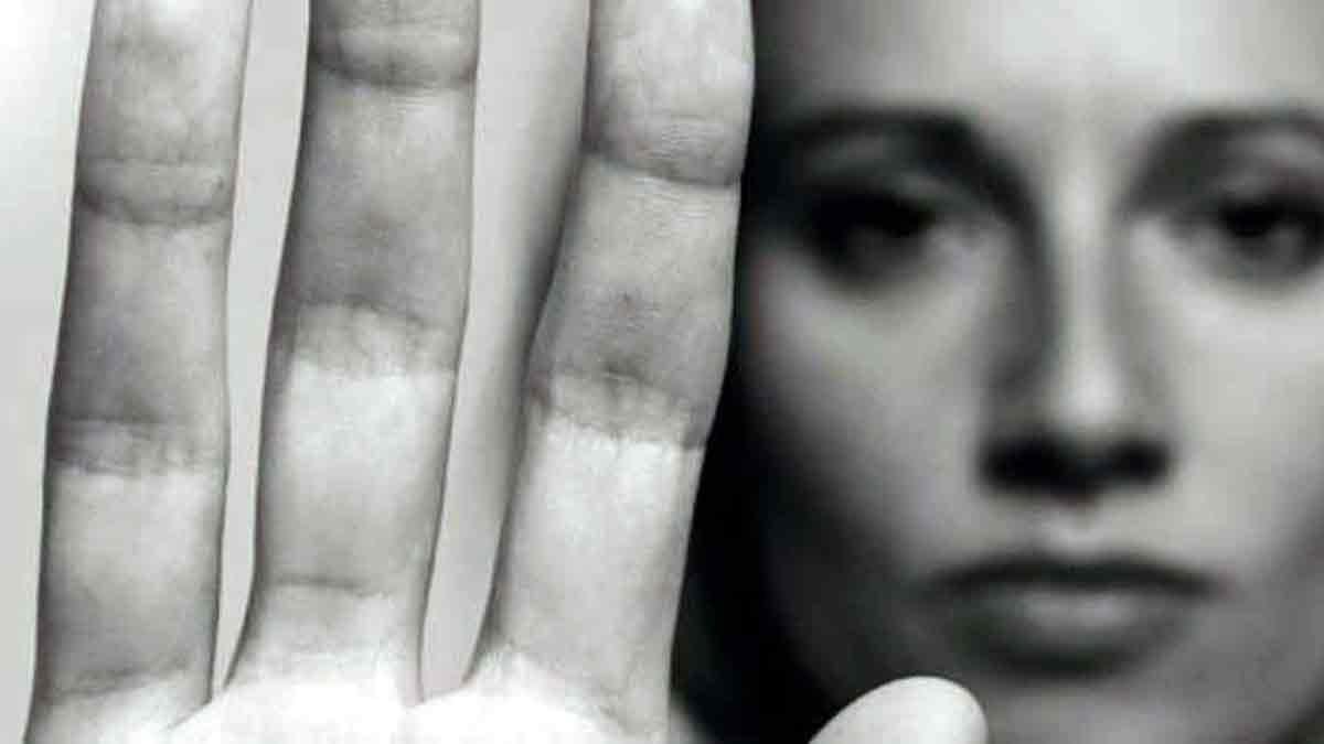 Mujer diciendo basta a los malos tratos