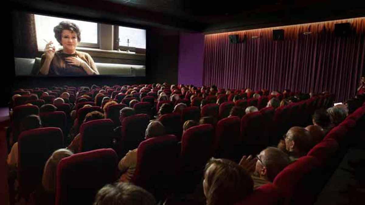 Sala de cine llena de espectadores