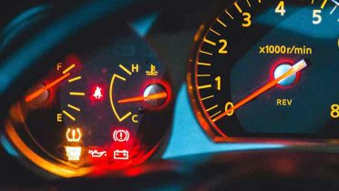 Qué significan los testigos del coche y cómo actuar si se iluminan en el panel de control